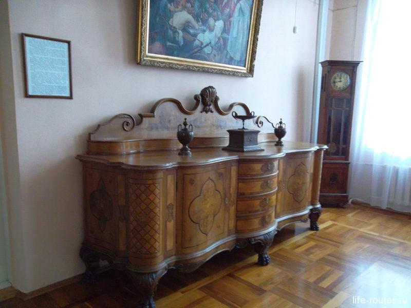Отдельным залом представлена мебель дворянства XIX в.