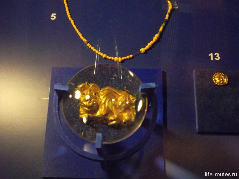Золотое украшение в виде быка