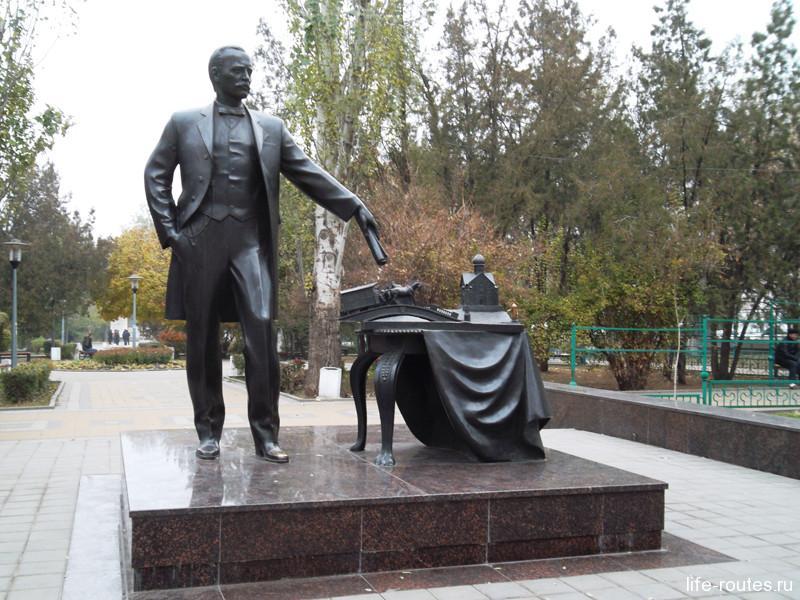 Памятник мэру города А. Байкову