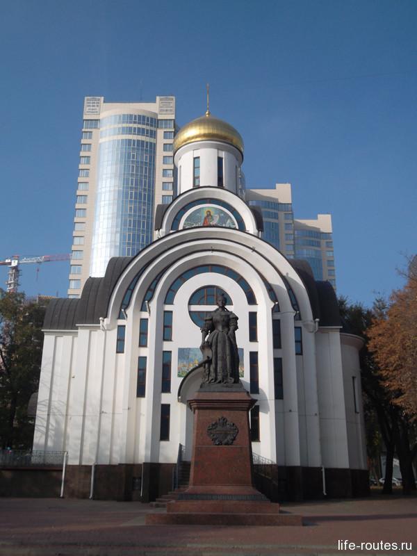 Свято-покровский храм и памятник Елизавете Петровне