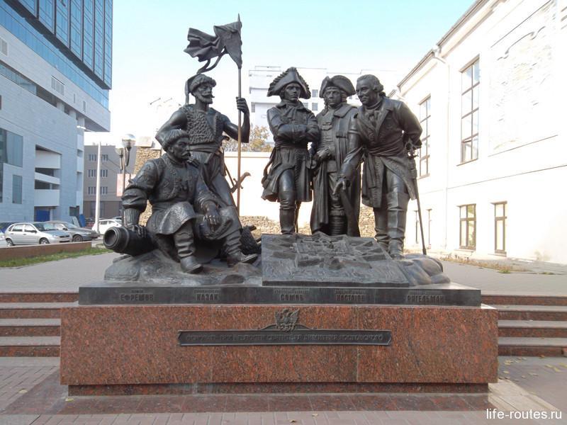 Памятник основателям крепости Дм. Ростовского
