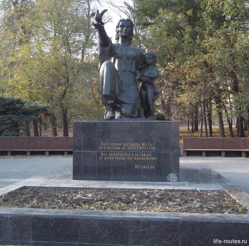 Памятник женщине-матери