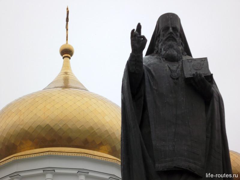 Памятник Св. Димитрию Ростовскому