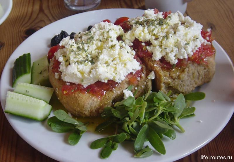 Традиционный критский салат Дакос