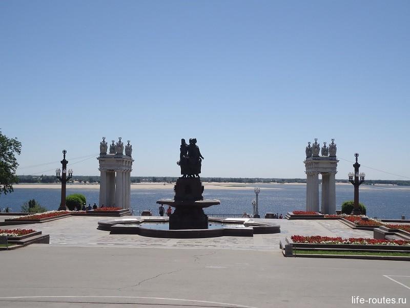 """Фонтан """"Искусство"""" и главные ворота города на набережной Волгограда"""