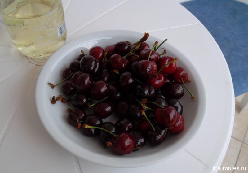 Тарелка черешни, бокал вина и виды Эгейского моря... Рай на земле - существует!