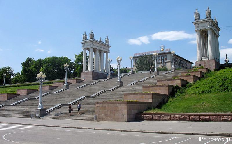 Лестница с набережной на Аллею героев
