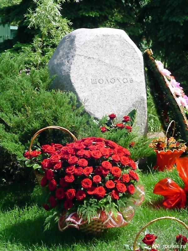 К могиле писателя благодарные гости и земляки несут цветы