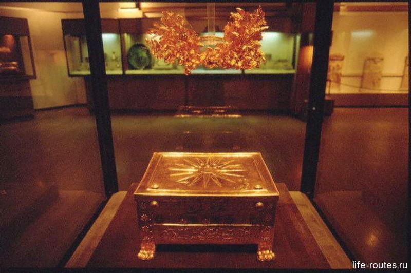 Золотой саркофаг с прахом базилевса Филиппа Македонского и дубовый венок, как символ царской власти