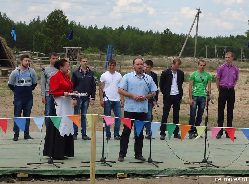 Директор музея-заповедника М.А. Шолохов приветствует собравшихся и дает напутственное слово призывникам