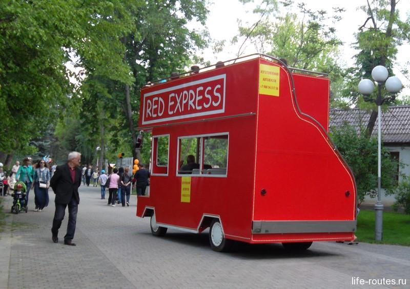 Красный прогулочный автобус