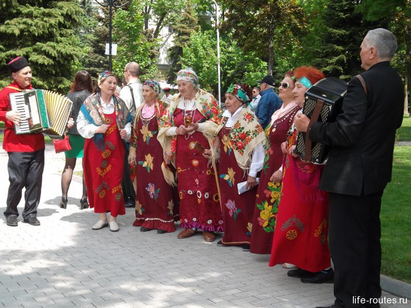 Хор бабушек развлекал гостей вблизи Городского сада