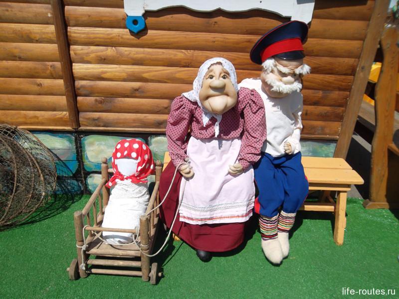 А на завалинке бабка с дедом, да маленькой внучкой
