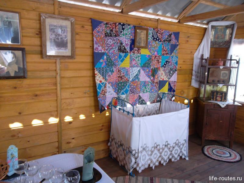 Внутри стол, печь, детская кроватка