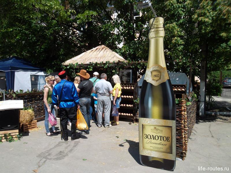 В курене Ростовского комбината шампанских вин каждый час проводятся розыгрыши призов. От желающих выиграть нет отбоя :)