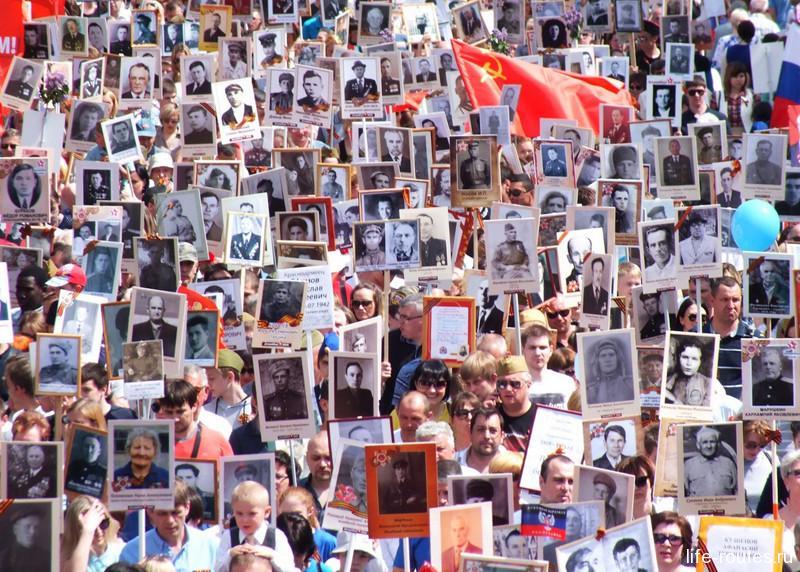 Тысячи лиц двигались в сторону главной высоты России