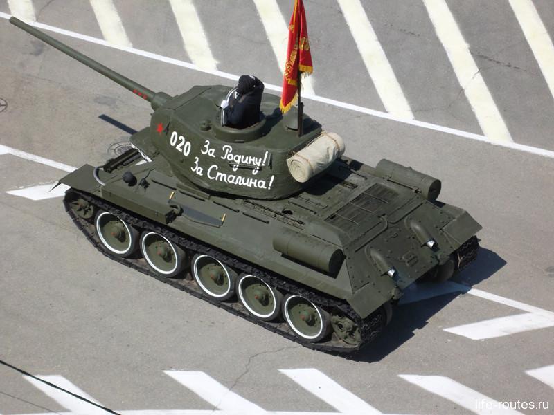 Первым на площади появляется легендарный танк Т-34 - лучшая машина времен Великой Отечественной войны, половина из которых была изготовлена на заводах Сталинграда