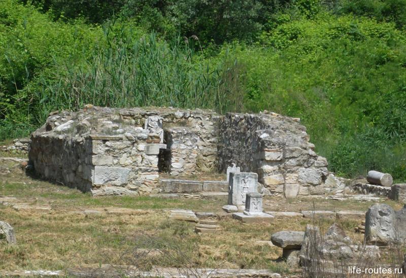 Главное святилище города Диона в честь громовержца Зевса