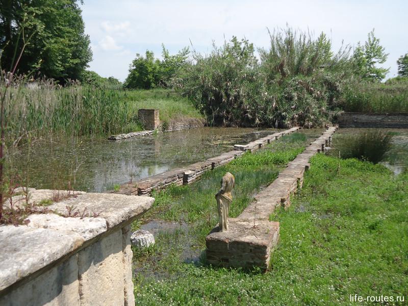 Дорога к святилищу Исиды в настоящее время затоплена водой