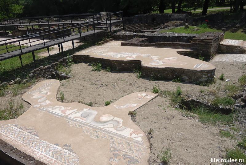 На полу в термах частично сохранилась античная мозаика