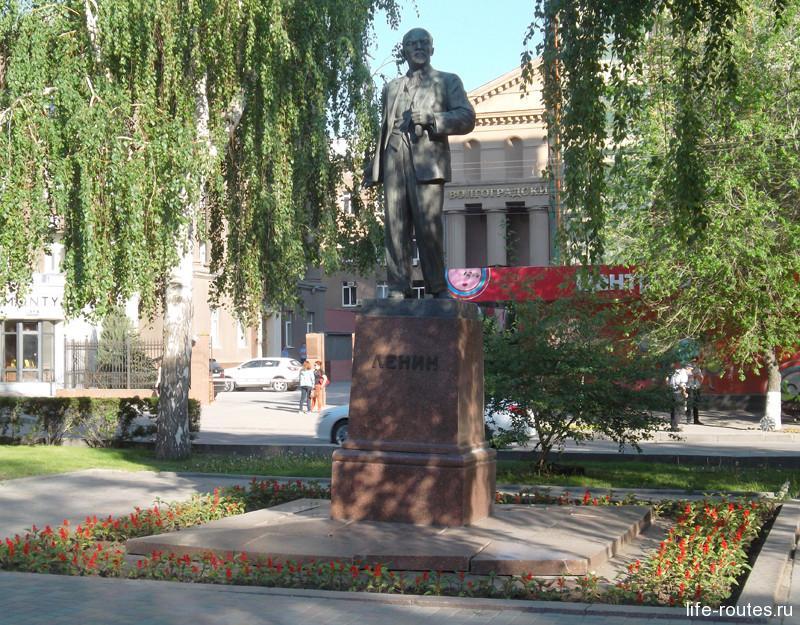 Скромный памятник Ленину напротив здания Администрации Волгоградской области