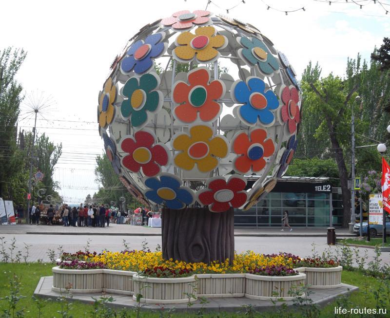 Дерево мира символично разделяет площадь Павших Борцов и аллею Героев