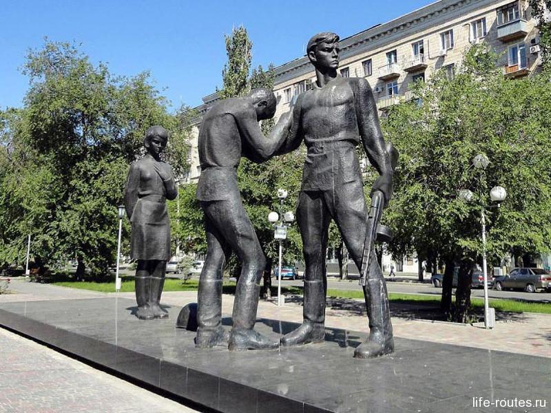 Памятник комсомольцам у одноименной станции метротрама