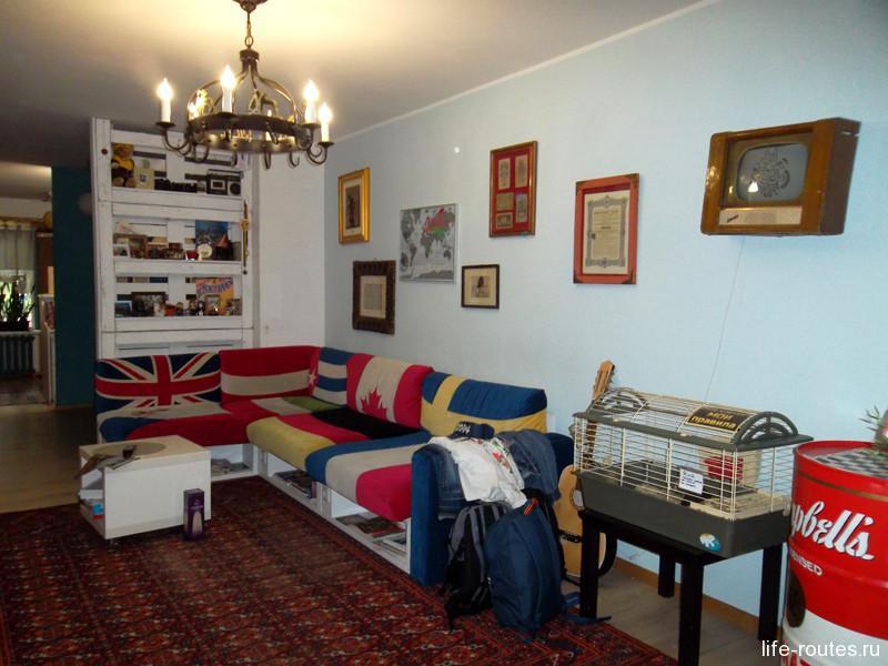 Общий холл с диваном, телевизором и свинкой Ричи