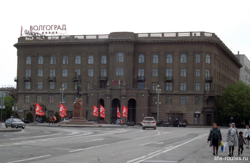 Здание гостиницы - типичный представитель сталинской советской застройки, столь характерной для Волгограда