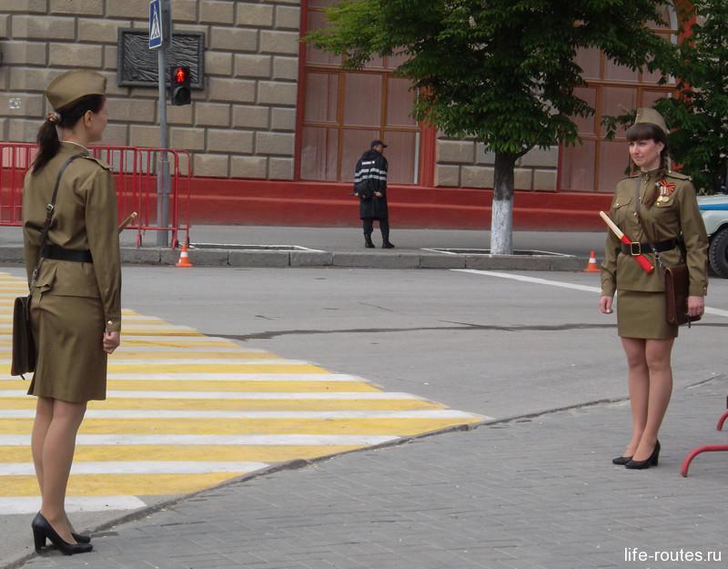 Всюду можно встретить людей в военной форме тех лет