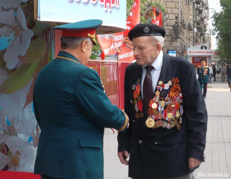 Ветераны в честь праздника достали свои тяжелые кители с орденами