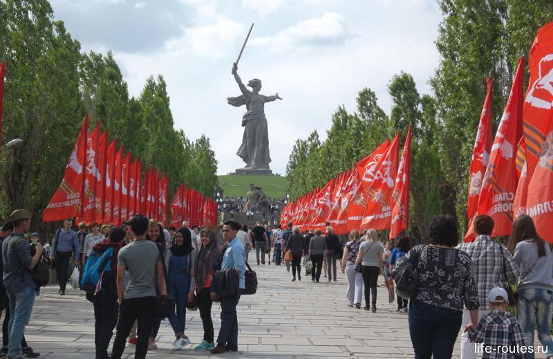 К празднику Волгоград преображается. Весь центр и Мамаев Курган окрашиваются в красный цвет многочисленных флагов