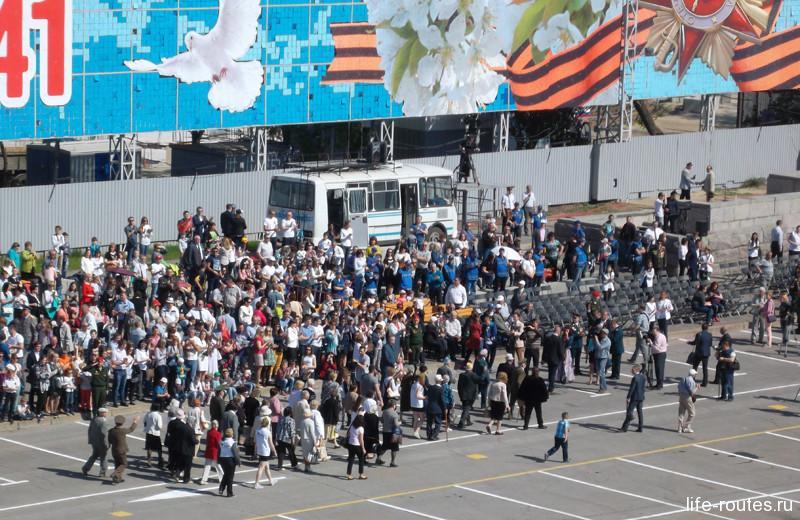 В начале десятого собравшиеся зрители приветствуют апплодисментами главных гостей праздника - ветеранов