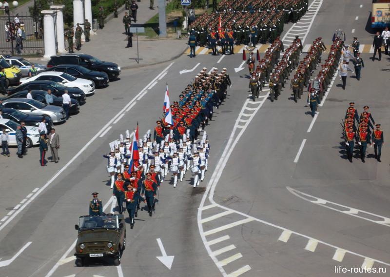 В 9:45 колонны военнослужащих начинают движение в сторону площади