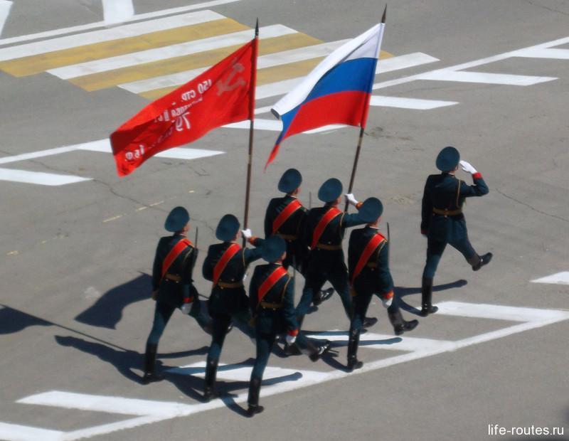 10:00. Парад начинается выносом знамени Победы и флага Российской Федерации