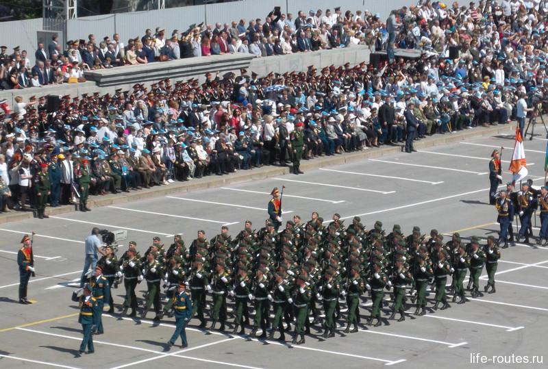Парад Победы продолжает проход колонн военнослужащих