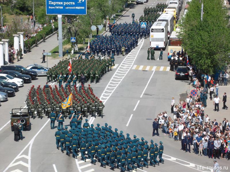 Военнослужащие покидают площадь, уступая место боевой технике