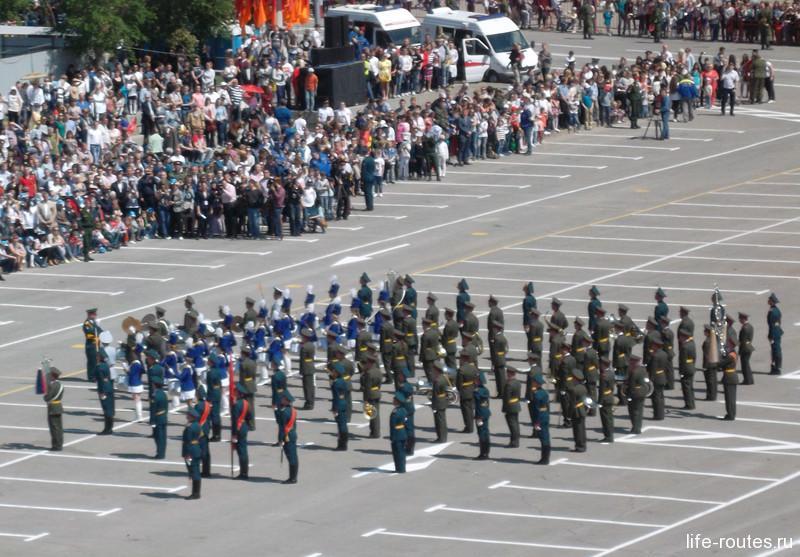 В завершении парада перед собравшимися выступили барабанщицы Волгоградской академии МВД РФ, а также рота Почетного караула и военный оркестр Волгоградского гарнизона