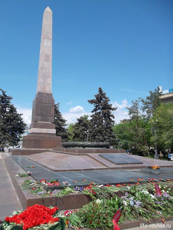 Уже 8 мая обелиск у вечного огня на площади Павших Борцов утопает в цветах, также, как и многие памятники Волгограда