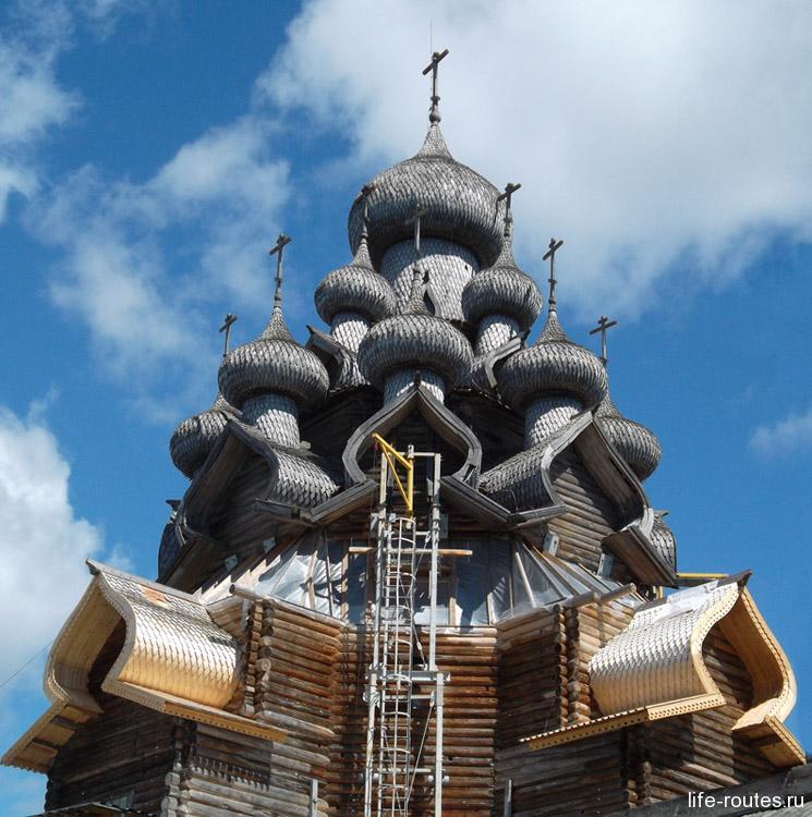 Купола Преображенской церкви частично скрыты строительными лесами
