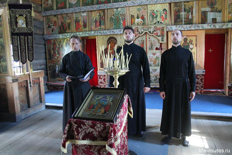 В Покровской церкви для туристов поет церковный хор. Записи хора можно купить в сувенирной лавке