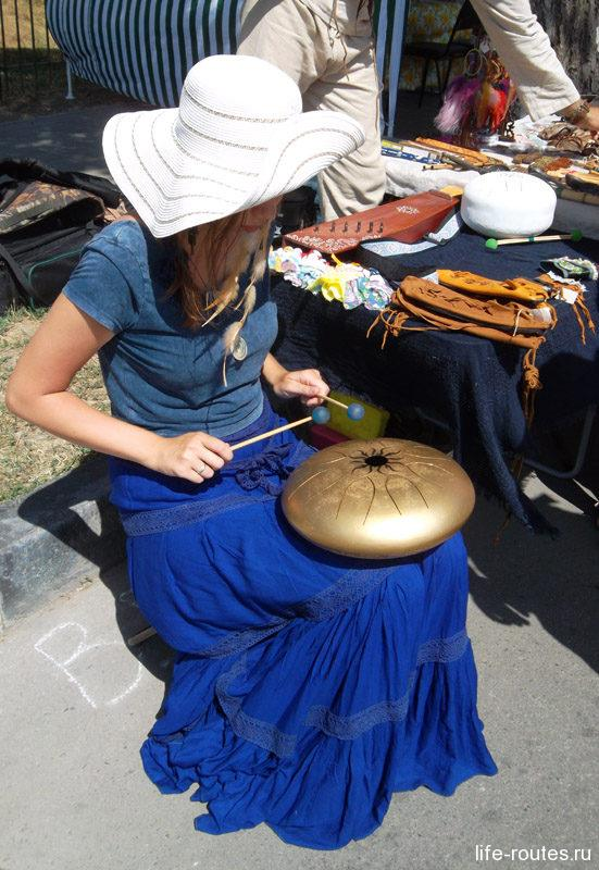 Очень необычный инструмент издавал нежные мелодичные звуки