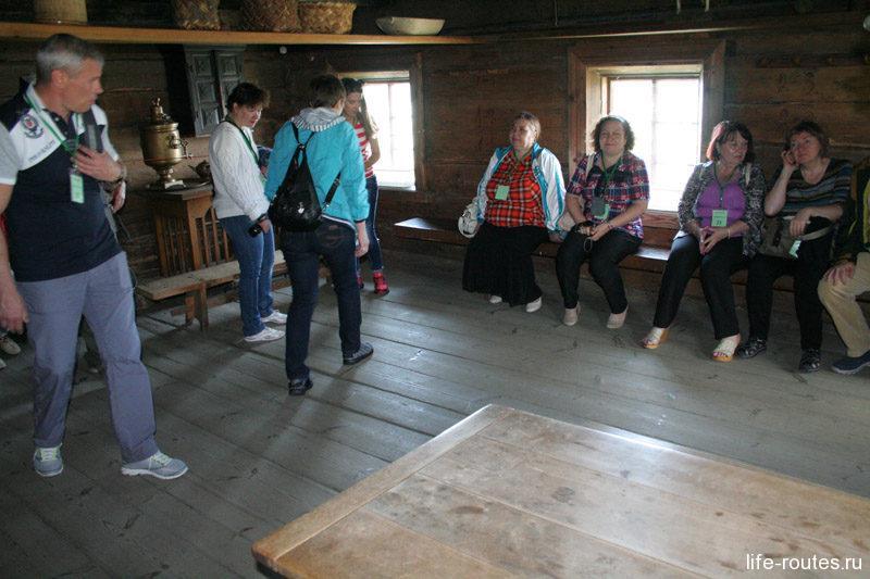На деревянных лавках, где сейчас сидят туристы, спали все взрослые члены семьи
