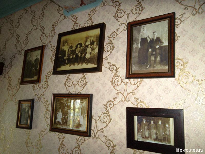 Стены по традиции украшают семейные фотографии