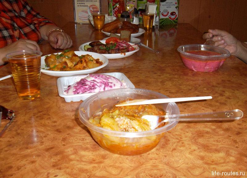 """Обед на троих: борщ, жаркое, голубцы, порция шашлыка, салат """"Сельдь под шубой"""", 3 пончика и 3 сока обошлись всего в 1000 рублей!"""