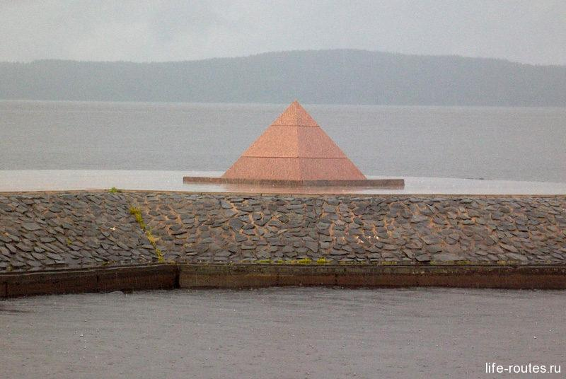 Пирамидка в память о завершении работ по строительству Онежской набережной