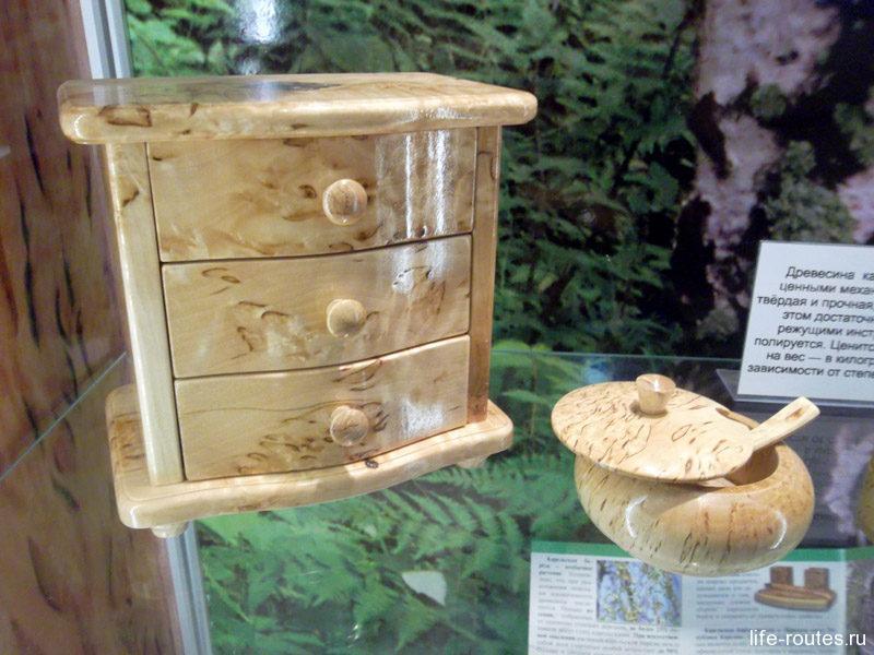 Примеры изделий из карельской березы в музее природы. В настоящее время вместо древесины используют только шпон