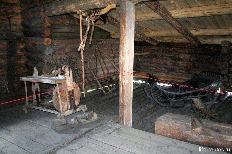 В хозяйственном помещении хранили сани