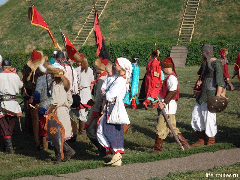 Парад участников реконструкции Азовского осадного сидения