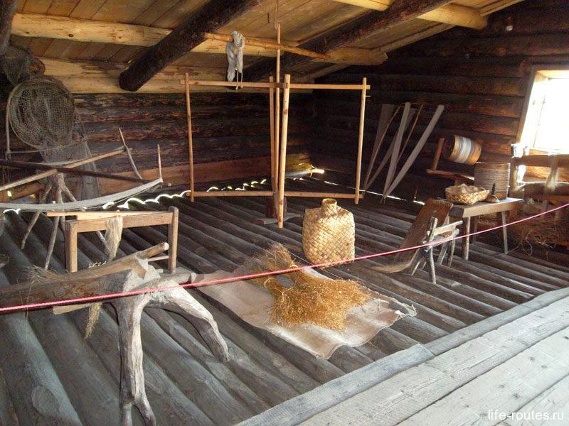 Здесь же хозяйка дома занималась обработкой льна